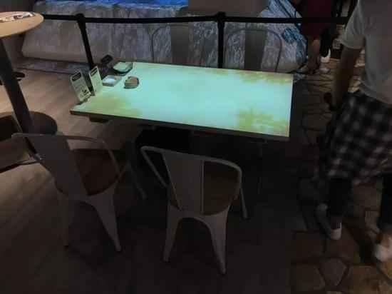 VRZONE一层餐饮区的餐桌,可以通过餐具体验简单的AR互动